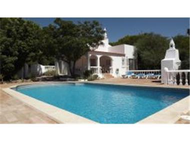 Villa for sale in Santa Barbara de Nexe